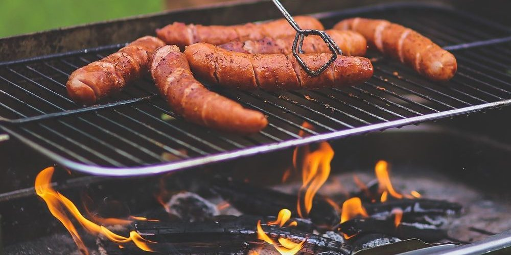 saucisses sur un barbecue portable
